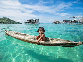 Petite fille Bajau seule sur son bateau. A Bornéo, Malaisie